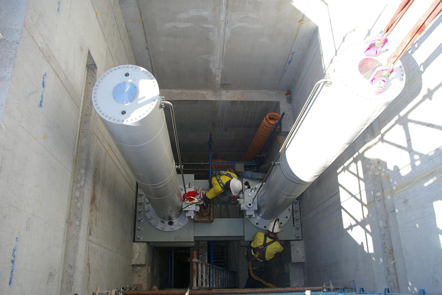 Hinze dam hydraulic cylinder installation
